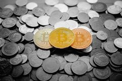 Χρυσό bitcoin πέρα από έναν σωρό στα ταϊλανδικά νομίσματα γραπτά, Litec στοκ φωτογραφία