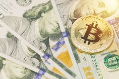 Χρυσό bitcoin στα τραπεζογραμμάτια 100 δολαρίων Κλείστε επάνω την εικόνα με την εκλεκτική εστίαση Έννοια Cryptocurrency Στοκ Φωτογραφίες