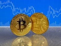 Χρυσό bitcoin στο μπλε αφηρημένο υπόβαθρο χρηματοδότησης Cryptocurrency Bitcoin Στοκ Εικόνες