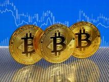 Χρυσό bitcoin στο μπλε αφηρημένο υπόβαθρο χρηματοδότησης Cryptocurrency Bitcoin Στοκ φωτογραφία με δικαίωμα ελεύθερης χρήσης