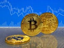 Χρυσό bitcoin στο μπλε αφηρημένο υπόβαθρο χρηματοδότησης Cryptocurrency Bitcoin Στοκ Φωτογραφία