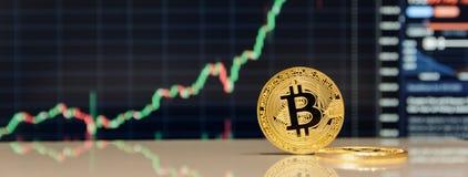 Χρυσό bitcoin στο πληκτρολόγιο του σημειωματάριου στοκ εικόνα