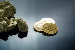 Χρυσό bitcoin φυσικό bitcoin-Cryptocurrency και χρυσό gra ψηγμάτων στοκ εικόνα με δικαίωμα ελεύθερης χρήσης
