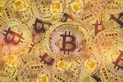 Χρυσό bitcoyne Ψηφιακή ανταλλαγή ελέγχου, επαλήθευσης και νομίσματος Η έννοια crypto του νομίσματος οριζόντια τοπ άποψη στενή στοκ φωτογραφίες