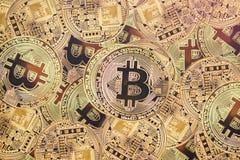 Χρυσό bitcoyne Ψηφιακή ανταλλαγή ελέγχου, επαλήθευσης και νομίσματος Η έννοια crypto του νομίσματος οριζόντια τοπ άποψη στενή στοκ εικόνα με δικαίωμα ελεύθερης χρήσης