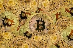Χρυσό bitcoyne Ψηφιακή ανταλλαγή ελέγχου, επαλήθευσης και νομίσματος Η έννοια crypto του νομίσματος οριζόντια τοπ άποψη στενή στοκ φωτογραφία με δικαίωμα ελεύθερης χρήσης