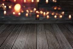 Χρυσό bokeh στο σκοτεινό shabby ξύλο στοκ εικόνα με δικαίωμα ελεύθερης χρήσης