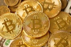Χρυσό btc bitcoin για το χρυσό υπόβαθρο Στοκ φωτογραφία με δικαίωμα ελεύθερης χρήσης
