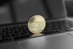 Χρυσό crypto εξόρμησης νόμισμα σε ένα πληκτρολόγιο lap-top Ανταλλαγή, επιχείρηση, εμπορική Κέρδος από crypt μεταλλείας τα νομίσμα στοκ εικόνες