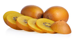 Χρυσό kiwifruit συνόλου και περικοπών στο άσπρο υπόβαθρο Στοκ φωτογραφία με δικαίωμα ελεύθερης χρήσης