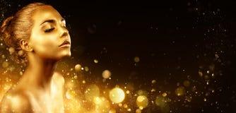 Χρυσό Makeup - πρότυπο πορτρέτο μόδας με το χρυσό δέρμα και την ακτινοβολία στοκ εικόνα με δικαίωμα ελεύθερης χρήσης