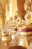Χρυσό monk& x27 κύπελλο ελεημοσυνών του s και χρυσό άγαλμα του Βούδα Στοκ φωτογραφία με δικαίωμα ελεύθερης χρήσης