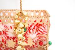 χρυσό peppermint καραμελών καλαθιών στοκ φωτογραφίες με δικαίωμα ελεύθερης χρήσης