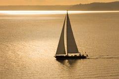 χρυσό sailboat ηλιοβασίλεμα Στοκ φωτογραφία με δικαίωμα ελεύθερης χρήσης