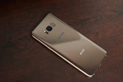 Χρυσό smartphone της Samsung χρώματος σφενδάμνου s8+ Στοκ εικόνες με δικαίωμα ελεύθερης χρήσης
