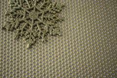 Χρυσό snowflake στο χρυσό υπόβαθρο Στοκ Εικόνες