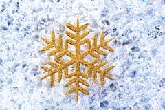 Χρυσό snowflake Chritmas σύμβολο στον πάγο Στοκ Εικόνες