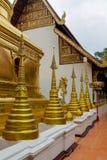 Χρυσό stupa στο βουδιστικό ναό wat στην Ταϊλάνδη Στοκ εικόνα με δικαίωμα ελεύθερης χρήσης