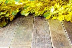 Χρυσό Tinsel στο ξύλινο υπόβαθρο Στοκ Εικόνες