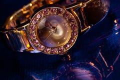 χρυσό wristwatch πολύτιμων λίθων Στοκ φωτογραφίες με δικαίωμα ελεύθερης χρήσης