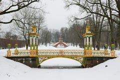 Χρωμάτισε τη γέφυρα με τους πυργίσκους στοκ φωτογραφία με δικαίωμα ελεύθερης χρήσης