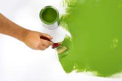 Χρωματίζοντας έναν τοίχο πράσινο Στοκ Εικόνες