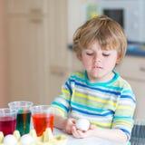 Χρωματίζοντας αυγά αγοριών παιδάκι για τις διακοπές Πάσχας Στοκ εικόνα με δικαίωμα ελεύθερης χρήσης