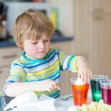 Χρωματίζοντας αυγά αγοριών παιδάκι για τις διακοπές Πάσχας Στοκ φωτογραφίες με δικαίωμα ελεύθερης χρήσης