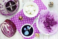 Χρωματίζοντας αυγά Πάσχας από το φυσικό κόκκινο λάχανο στο μπλε χρώμα Στοκ φωτογραφία με δικαίωμα ελεύθερης χρήσης