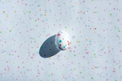 Χρωματίζοντας αυγά Πάσχας δημιουργικό αυγό για τη διακόσμηση στις διακοπές κορυφαία όψη τοποθετήστε το κείμενο μινιμαλισμός στοκ φωτογραφίες