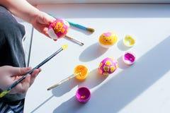 Χρωματίζοντας αυγά Πάσχας με τα παιδιά κοινή δημιουργικότητα, που αναπτύσσει τις κατηγορίες r στοκ εικόνα