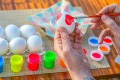 Χρωματίζοντας αυγά Πάσχας στοκ φωτογραφίες