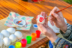 Χρωματίζοντας αυγά Πάσχας στοκ φωτογραφίες με δικαίωμα ελεύθερης χρήσης