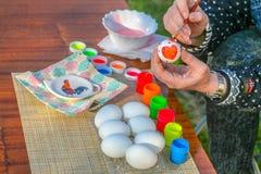 Χρωματίζοντας αυγά Πάσχας στοκ εικόνες