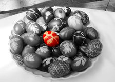 χρωματίζοντας αυγά Πάσχα&sigmaf Στοκ Εικόνες