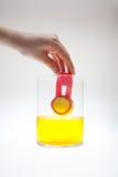 Χρωματίζοντας αυγά στα φωτεινά χρώματα για τις διακοπές Πάσχας Στοκ εικόνες με δικαίωμα ελεύθερης χρήσης