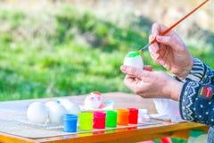 Χρωματίζοντας αυγό Πάσχας στοκ εικόνες