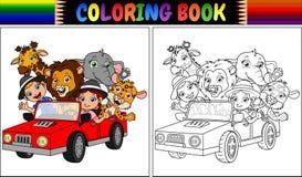 Χρωματίζοντας βιβλίο με τα αστεία παιδιά και ζωικά κινούμενα σχέδια στο κόκκινο αυτοκίνητο Στοκ Εικόνες