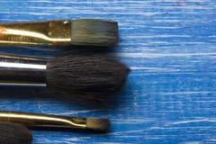 Χρωματίζοντας βούρτσες χρωμάτων παλετών και καλλιτεχνών χρώματος εργαλείων στο αφηρημένο καλλιτεχνικό υπόβαθρο Στοκ Εικόνα