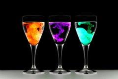 χρωματίζοντας γυαλιά τρία τροφίμων κρασί Στοκ φωτογραφία με δικαίωμα ελεύθερης χρήσης