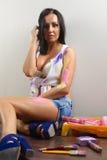 Χρωματίζοντας γυναίκα με τους κυλίνδρους Στοκ Φωτογραφίες
