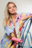 Χρωματίζοντας γυναίκα με τους κυλίνδρους Στοκ Εικόνα