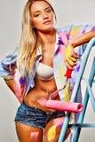 Χρωματίζοντας γυναίκα με τους κυλίνδρους Στοκ φωτογραφία με δικαίωμα ελεύθερης χρήσης