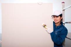 χρωματίζοντας γυναίκα τοίχων Στοκ φωτογραφίες με δικαίωμα ελεύθερης χρήσης