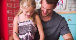 Χρωματίζοντας εικόνα πατέρων και κορών στην κρεβατοκάμαρα του παιδιού απόθεμα βίντεο
