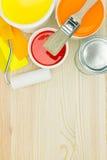 Χρωματίζοντας εργαλεία και οδηγός χρώματος σχετικά με το ξύλινο υπόβαθρο Στοκ Φωτογραφία