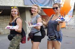 Χρωματίζοντας κορίτσια προσώπου αθλητικών ανεμιστήρων Στοκ Φωτογραφίες