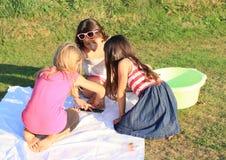 Χρωματίζοντας κορίτσια Στοκ φωτογραφία με δικαίωμα ελεύθερης χρήσης