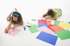χρωματίζοντας κορίτσι αγοριών ισπανικό στοκ εικόνες με δικαίωμα ελεύθερης χρήσης