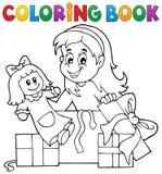 Χρωματίζοντας κορίτσι βιβλίων με την κούκλα και τα δώρα Στοκ εικόνα με δικαίωμα ελεύθερης χρήσης